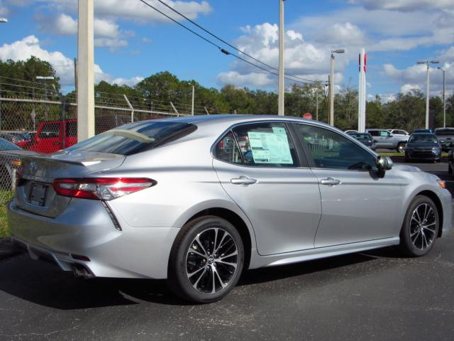 new 2018 toyota camry se sedan in tampa 180960 stadium toyota. Black Bedroom Furniture Sets. Home Design Ideas